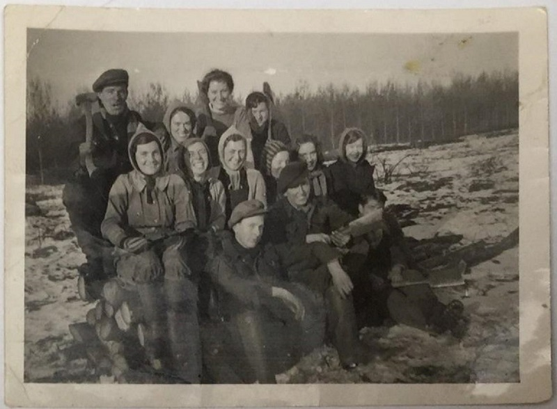 Top row: 1st Lt Bob Levitt, my Mums friend Lil later to become Bobs wife, my Mums Peggy Adams.  Middle Row 1st on Lt Joyce Beckham, all the others are as yet not identified. Picture taken about 1939-40
